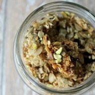 Granola con rabarbaro e pistacchio